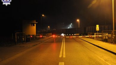 Zignorował opuszczone szlabany i wbiegł wprost pod pociąg. 21-latek zginął na miejscu (fot.Policja Lubelska)