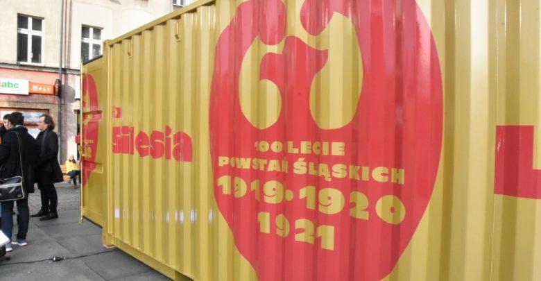 Na placu przy Teatrze Śląskim w Katowicach zainaugurowano wystawę mobilną Ex Silesia Lux (fot.slaskie.pl)