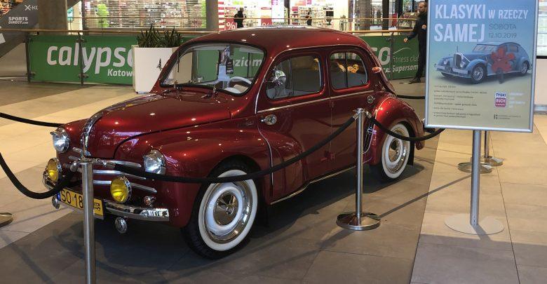 Legendarne Renault 4CV - rocznik 1950 od kilku dni przyciągał wzrok gości katowickiego Supersamu. To tylko jedna z zabytkowych perełek motoryzacji, jaka zjawiła się na dachu CH Supersam w Katowicach