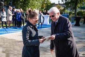 Adam Neumann, zastępca prezydenta Gliwic odpowiedzialny m.in. za politykę mieszkaniową, wręczył klucze pierwszym mieszkańcom nowego komunalnego budynku w Łabędach