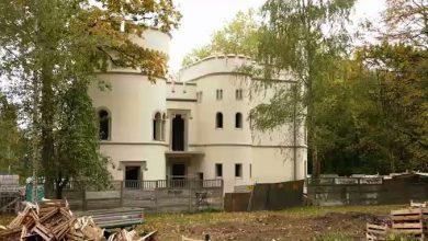 Odbudowa oficyny neogotyckiego pałacu Tiele-Wincklerów w Miechowicach wchodzi w decydującą fazę i gołym okiem widać jej efekty.