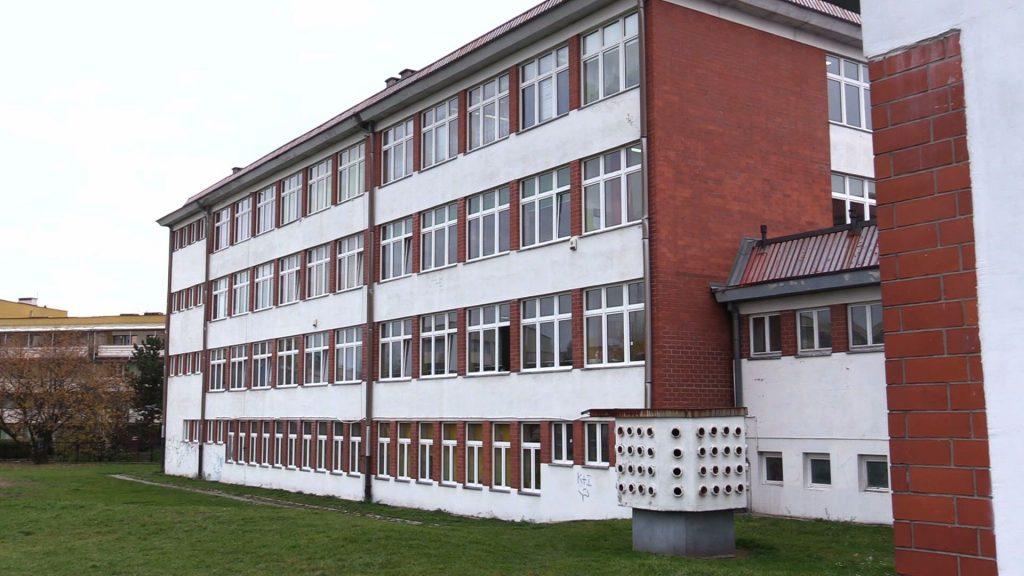 Młodzież z II Liceum Ogólnokształcącego w Jaworznie murem za swoją szkołą. Bo w jaworznickiej oświacie szykuje się prawdziwe trzęsienie ziemi. Ma tu dojść do reorganizacji w aż 9 s, a szkoły mają zmienić swoje siedziby