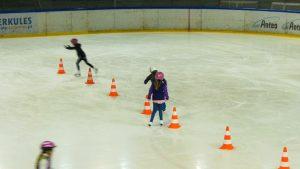 Działające zaledwie od kilku lat Kojotki, czyli dziewczęca drużyna hokejowa wezmą pod swoje skrzydła resztę młodych zawodników