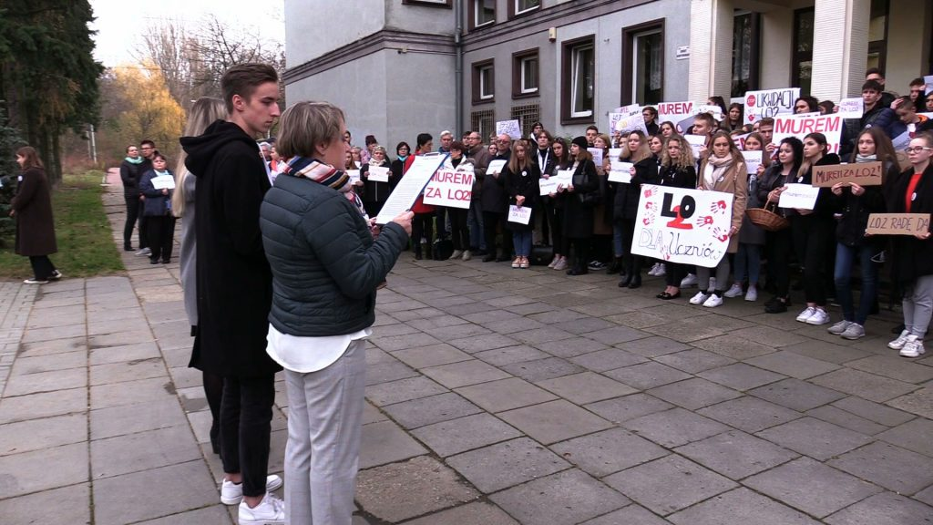 Ogromny protest w Jaworznie! Uczniowie i nauczyciele protestują przed szkołami!