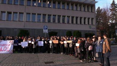 Kolejny dzień protestów uczniów, nauczycieli i mieszkańców w Jaworznie. Dzisiaj mieszkańcy pikietowali przed nadzwyczajną sesją Rady Miejskiej