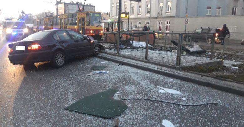Pijany kierowca BMW wjechał w przystanek tramwajowy. Na szczęście tylko on odniósł obrażenia (fot.KMP Łódź)