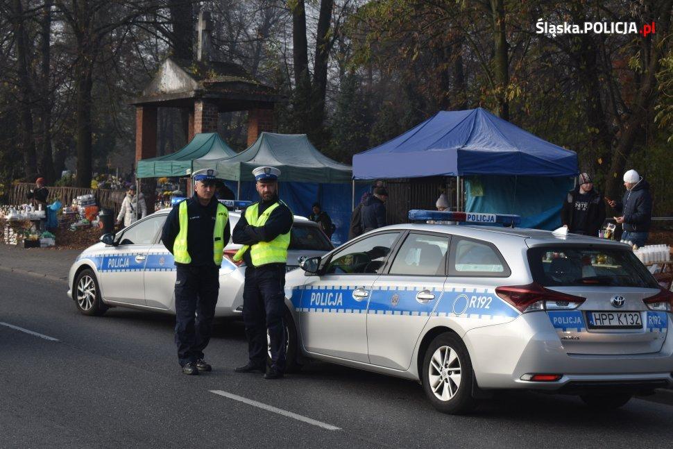 """Zakończyła się policyjna akcja """"Znicz 2019"""". Przez cztery dni ponad 6 tysięcy śląskich policjantów dbało o bezpieczeństwo osób odwiedzających groby swoich najbliższych"""
