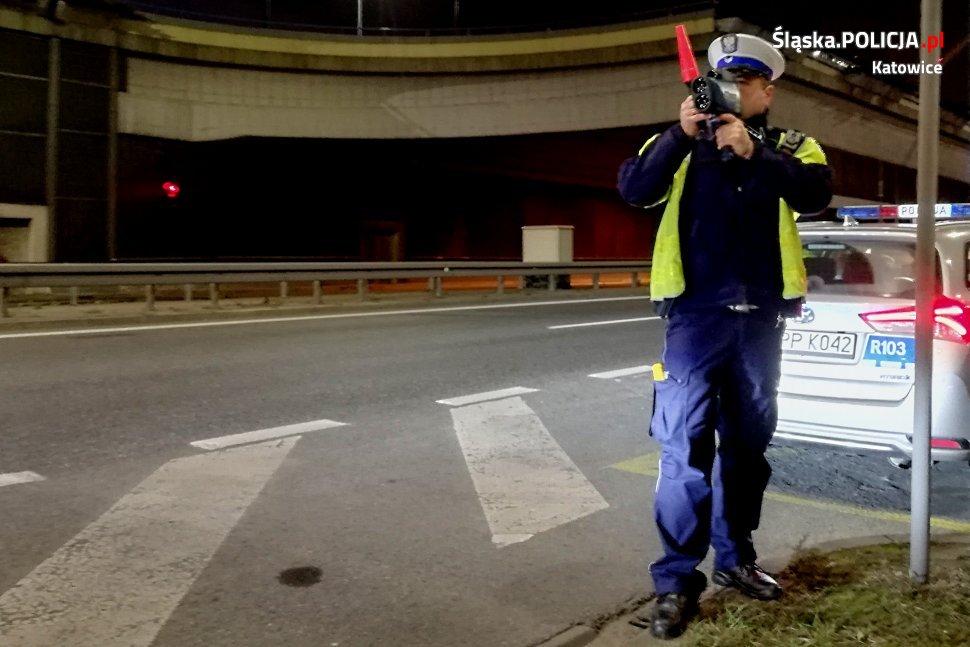 To prawdziwy pogrom! Katowicka drogówka tylko w dwa dni skasowała 12 praw jazdy i wlepiła 414 mandatów za prędkość! Patrole drogówki z radarami pojawiły się między innymi przy wyjeździe z tunelu pod katowickim Rondem (fot.policja)