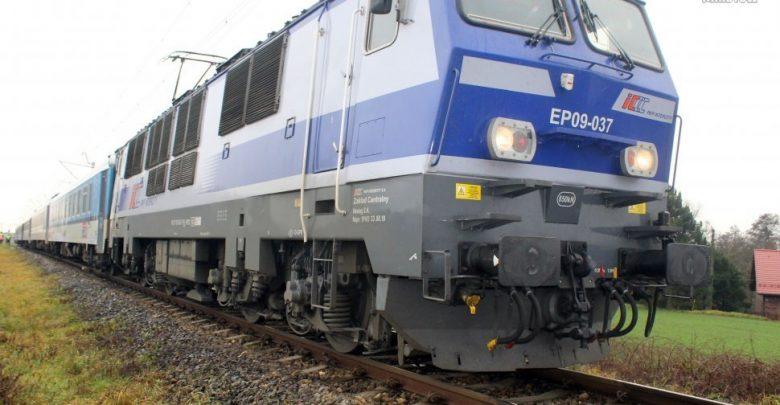 Zderzenie pociągu intercity z samochodem osobowym! Za kierowcą 20-latek, który - jak podaje policja - nie zastosował się do sygnalizacji świetlnej zamontowanej na przejeździe kolejowym!