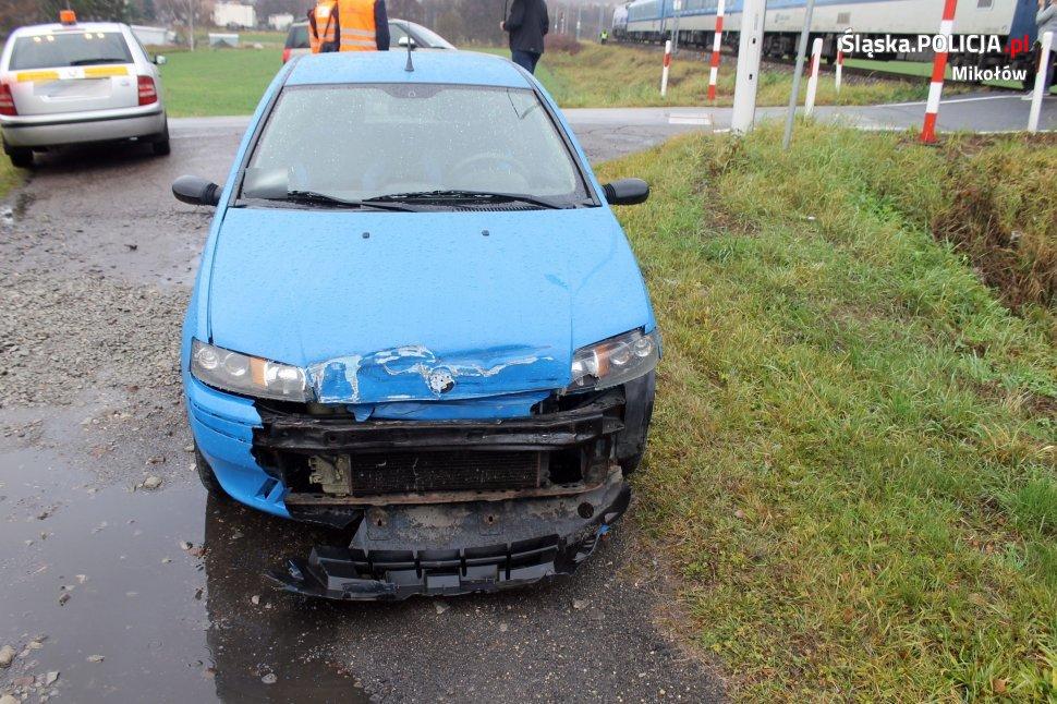 Do zdarzenia doszło w piątek, 29 listopada przed godziną 09.00 na niestrzeżonym przejeździe kolejowym w Wyrach przy ulicy Magazynowej (fot.policja)