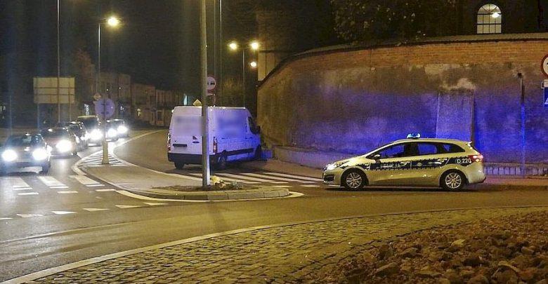 Przejechał przez rondo, staranował znaki, na koniec uderzył w betonowe ogrodzenie kościoła. Kierowca renault zmarł w szpitalu (fot.Policja Lubelska)