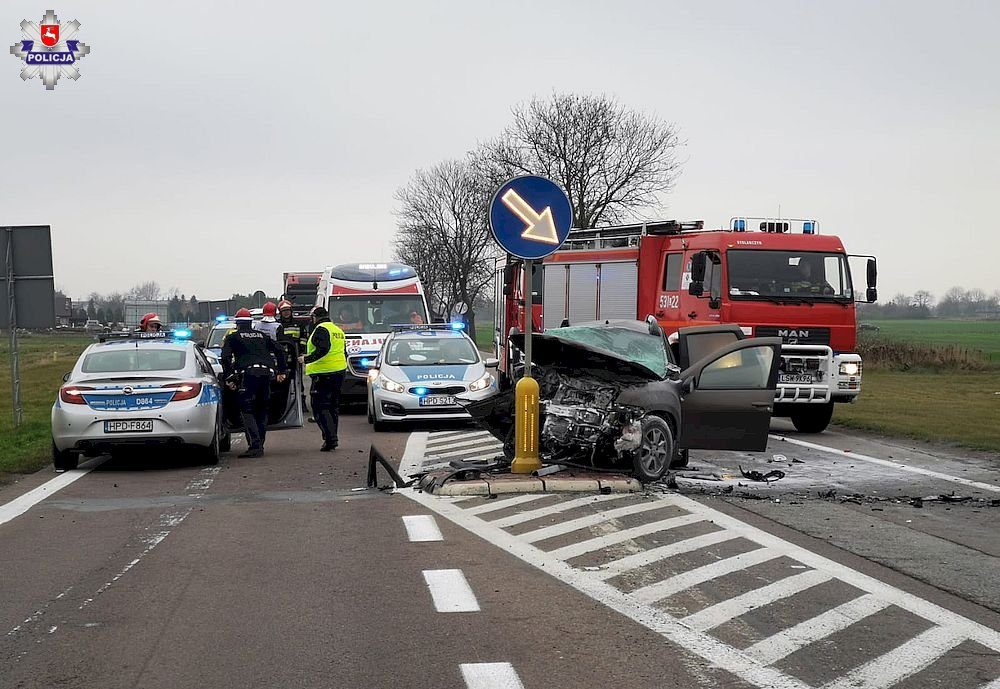 Tak skończyło się wyprzedzanie kierowcy audi [ZDJĘCIA] Trzy osoby w szpitalu (fot.Policja Lubelska)