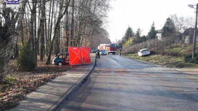Kierowca Fiata 126p podjął próbę wyprzedzania. Zderzył się czołowo z toyotą. Jego auto stanęło w płomieniach. On zginął (fot.Policja Lubelska)