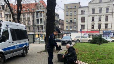 Katowice: Bezdomny nie miał butów. Swoje służbowe buty oddał mu policjant! (fot.policja)