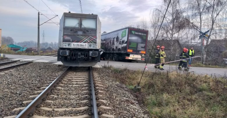 Zderzenie pociągu z ciężarówką! Zobaczcie nowe ZDJĘCIA i WIDEO z miejsca koszmarnego wypadku (fot.KWP Katowice)