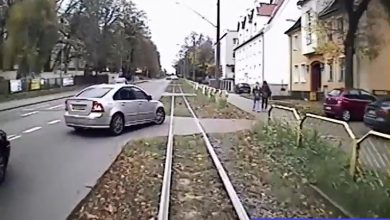 Wjechał pod tramwaj, zderzył się i ...pojechał dalej! Gdzie jest kierowca Volvo?