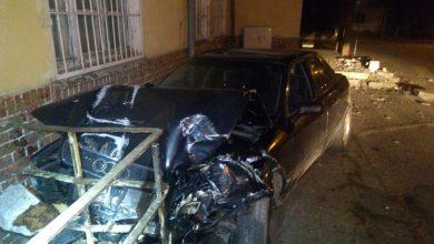 """Uderzył w budynek stacji kolejowej. Tłumaczył, że """"flaszkę"""" wypił po zdarzeniu (fot.KMP Olsztyn)"""