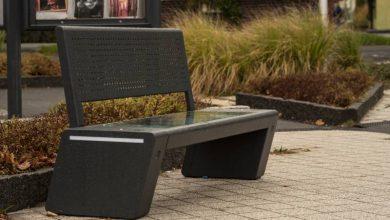 Inteligentna ławka w Tychach. Naładuje telefon i da internet