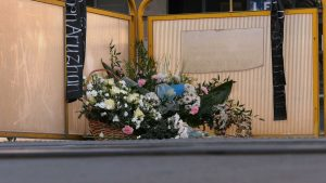 Kwiaty i znicze. To dowody pamięci kolegów i pracowników Uniwersytetu Ekonomicznego o tragicznie zmarłej w tym miejscu kilka dni temu 19-latce z Kazachstanu