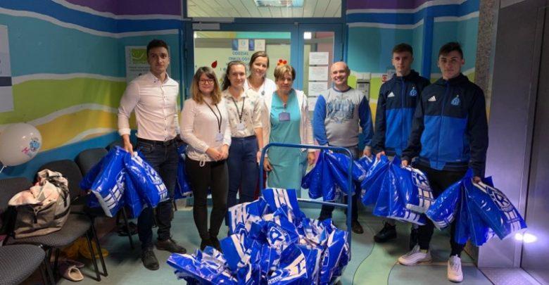 Piłkarze i kibice Ruchu przyjechali do Katowic. Wzruszająca wizyta na dziecięcej onkologii (fot.Ruch Chorzów)
