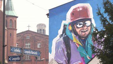 Mural na którym uwieczniony został Jerzy Kukuczka wykonał Wojciech Walczyk, który ma na swoim koncie wiele takich wielkoformatowych dzieł