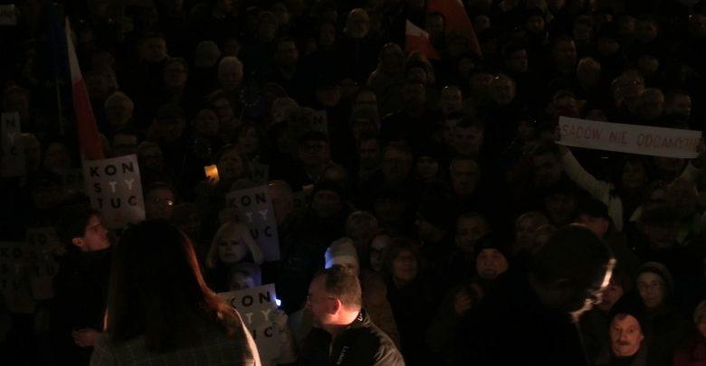 Tłumy pod Sądem Okręgowym w Katowicach. Ludzie przeciwko ustawie uderzającej w sędziów [WIDEO]