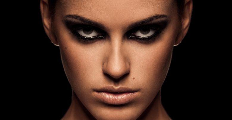 Makijaż oczu spod znaku czerni – pokochasz ten trend!