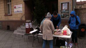 W Katowicach przed siedzibą Górnośląskiego Towarzystwa Charytatywnego przy ul Jagiellońskiej można było oddawać żywność, która została nam po świętach