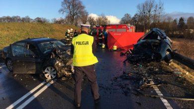 Wyprzedzał i zderzył się czołowo z renault, którego kierowca zginął na miejscu. Kierowcy BMW grozi do 8 lat więzienia (fot.Policja Pomorska)