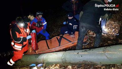 Śląskie: Policja i GOPR razem ruszyli na pomoc. Ratowali życie drwala, którego przygniotło drzewo (fot.policja)