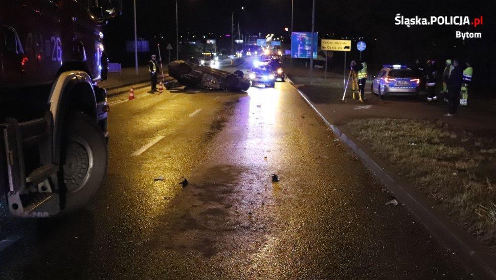 Siła uderzenia była tak duża, że osobowa Toyota została wywrócona na dach, a kierowca skody zatrzymał się dopiero na latarni (fot.policja)