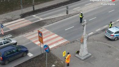 """Trwają działania """"Bezpieczny Pieszy"""". Śląscy policjanci pilnują bezpieczeństwa pieszych (fot. KMP w Rudzie Śląskiej)"""