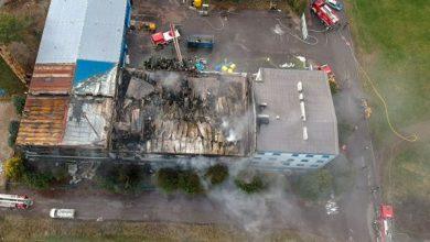 25 zastępów straży pożarnej gasiło ogromny pożar hali z odpadami w Międzyrzeczu Górnym koło Bielska-Białej (fot.www.Vifi.pl)