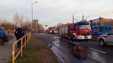 Śmiertelny wypadek miał miejsce w poniedziałek, 16 grudnia popołudniu na ulicy Gliwickiej, na pograniczu Katowic i Chorzowa. Jak wynika ze wstępnych ustaleń policji, samochód osobowy wjechał wprost pod tramwaj jadący ulicą Gliwicką (fot.Karol Zaremba)