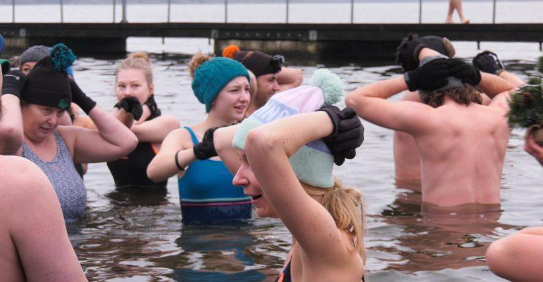 Kąpiel z sinicami nie jest niczym zdrowym, ani przyjemnym. Chyba, że jest to kąpiel z grupą morsów Tyskie Sinice, którzy Boże Narodzenie postanowili uczcić zanurzeniem się w jeziorze Paprocany w Tychach