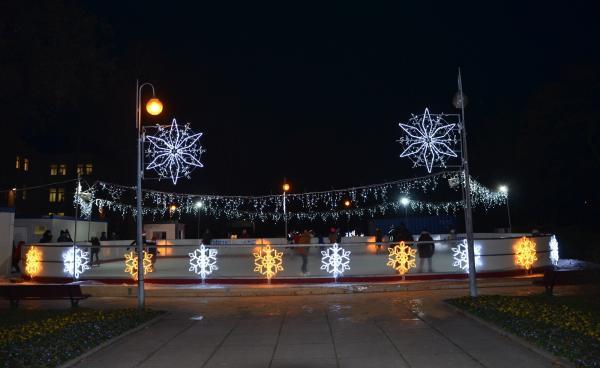 Przy skwerze przy ul. Powstańców Śląskich tuż przy Targowisku Miejskim w Zabrzu czynne jest już miejskie lodowisko (fot.UM Zabrze)
