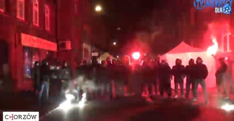 Kibice Ruchu Chorzów: Pozdrawiamy z Niebieskich Katowic i życzymy Wesołych Świąt! (fot.youtube.com/Niebiescy TV)
