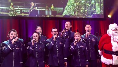 Amerykańscy żołnierze z Singing Sergeants z Orkiestry Sił Powietrznych Stanów Zjednoczonych The United States Air Force Band kolędują na facebooku ambasady USA w Warszawie (fot.facebook)