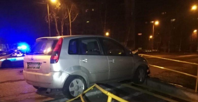 Samochód rozbity na barierach ochronnych po pościgu policji w Sosnowcu za pijanym kierowcą