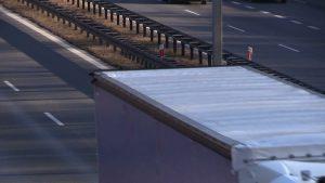 Śląskie: Ogromny kawał lodu z ciężarówki spadł na osobówkę. W środku kobieta z dzieckiem!