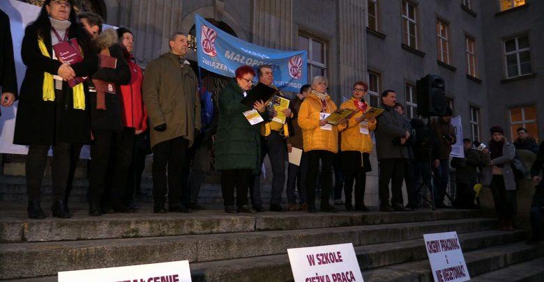 Nauczyciele protestują. Przed Urzędem Wojewódzkim w Katowicach odbyła się pikieta, zorganizowana przez Związek Nauczycielstwa Polskiego. Ich postulaty pozostają niezmienne.