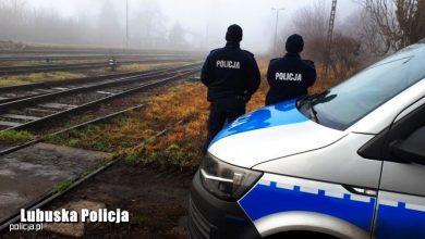 O włos od tragedii! Policjanci uratowali mężczyznę, który chciał rzucić się pod pociąg! (fot.policja)