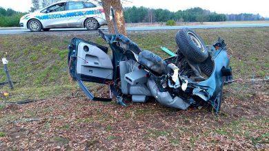Tragiczny wypadek 19-latka. Drzewo przecięło jego auto na pół [ZDJĘCIA] (fot.KPP Szczytno)
