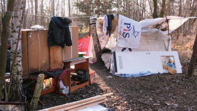 Smród i brud. Bezdomni żyją w fatalnych warunkach w jednej z katowickich dzielnic. Założyli tam obozowisko, które zrobili z tego, co znaleźli