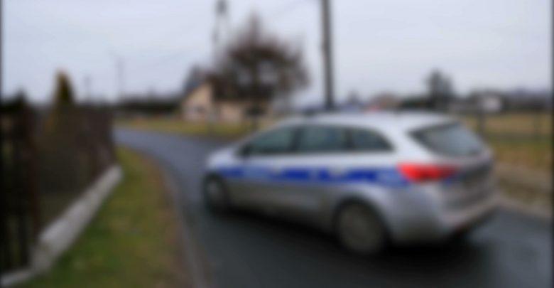 Sobotnie podłożenie bomby na tarasie jednego z domów jednorodzinnych w Wyrach miało najprawdopodobniej podtekst finansowy. Jedna z hipotez mówi, że napastnicy, którzy podłożyli ładunek mieli być dłużni pieniądze właścicielom domu