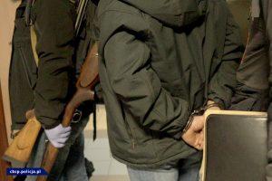 Obławę robiło 340 policjantów! Policja namierzyła prawdziwy arsenał. Zatrzymanych 28 osób! (fot.policja)