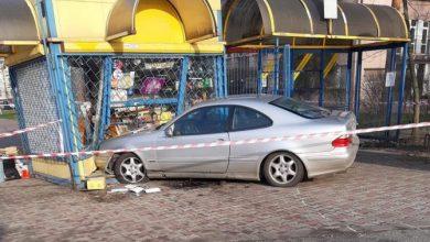 Wjechał mercedesem w kiosk. Jedna osoba nie żyje (fot.Policja Podkarpacka)