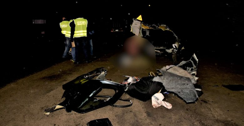 Zderzenie osobówki z samochodem ciężarowym. Trzy osoby podróżujące volkswagenem nie żyją [ZDJĘCIA] (fot.Policja Pomorska)