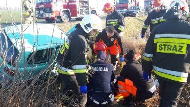 Groźny wypadek i błyskawiczna reakcja policjantów z gliwickiej grupy Speed w Toszku. To tam na ulicy Strzeleckiej zderzyły się dwa samochody i wpadły do rowu (fot.KMP Gliwice)