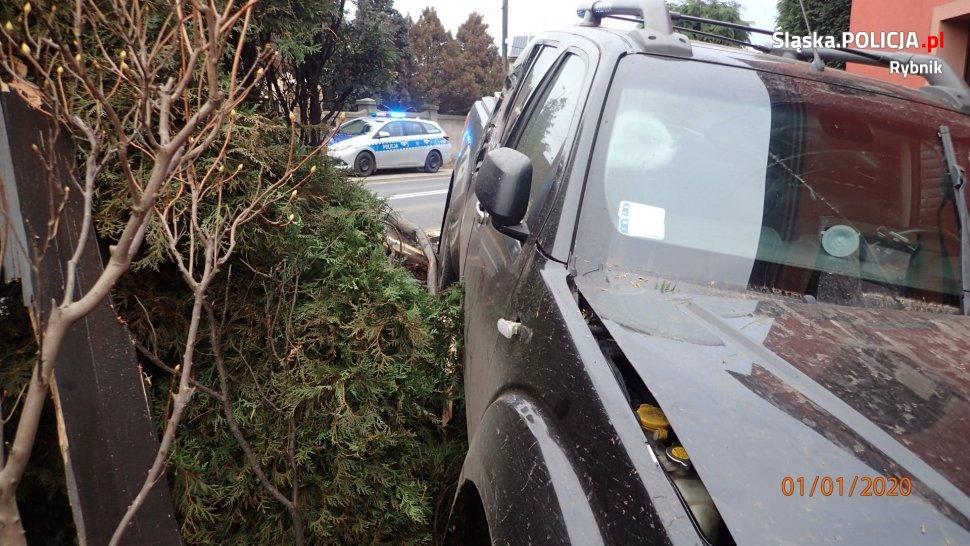 Rybnik: Pijany kierowca ogromnym pick-upem staranował ogrodzenie i wjechał w dom! (fot. KMP Rybnik)